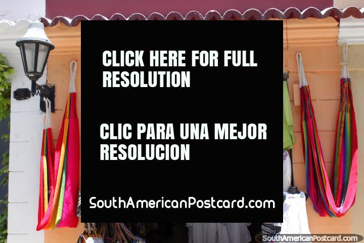 Redes para dormir, bolsas e roupa de venda de uma loja em Cartagena. (720x480px). Colômbia, América do Sul.