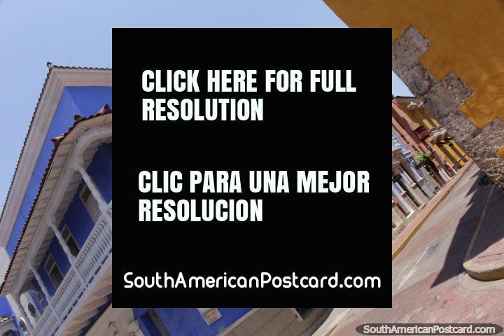 Edifïcio azul impressionante com balcão branco em uma esquina de rua em Cartagena. (720x480px). Colômbia, América do Sul.
