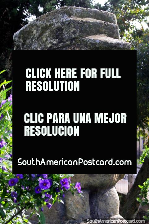Figura de piedra, precolombina en los jardines en Bosque de la República en Tunja. (480x720px). Colombia, Sudamerica.