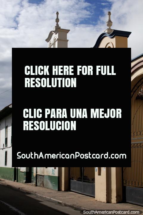 Edifïcio histórico com arcadas, explorando as ruas em Tunja. (480x720px). Colômbia, América do Sul.