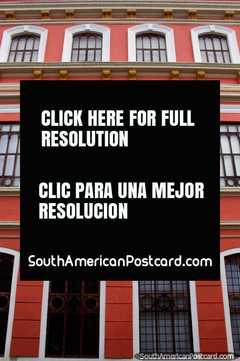 Universidade de Santo Tomas em Tunja com fachada vermelho-viva e bem tratada. (480x720px). Colômbia, América do Sul.