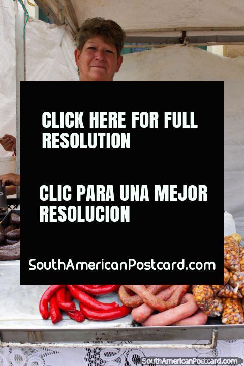 A mulher exibe a sua variedade de linguiças de carne e porco que crepita para o café da manhã em Tunja. (480x720px). Colômbia, América do Sul.
