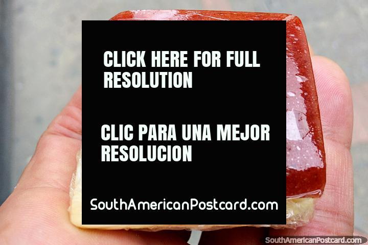 Queso blanco y fruta roja, un sabroso aperitivo, parte de la cultura gastronómica en Tunja. (720x480px). Colombia, Sudamerica.