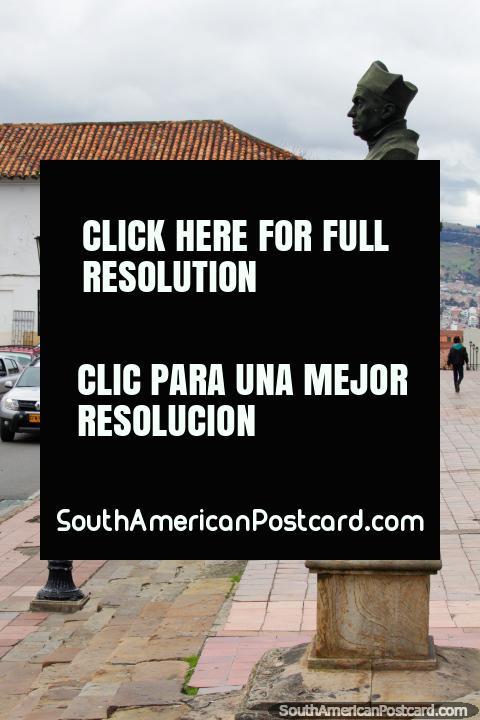 Fuera de la catedral mirando hacia la calle en Tunja. (480x720px). Colombia, Sudamerica.