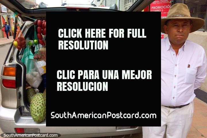 El hombre vende alimentos especiales como Guanabana desde la parte trasera de su auto en Tunja. (720x480px). Colombia, Sudamerica.
