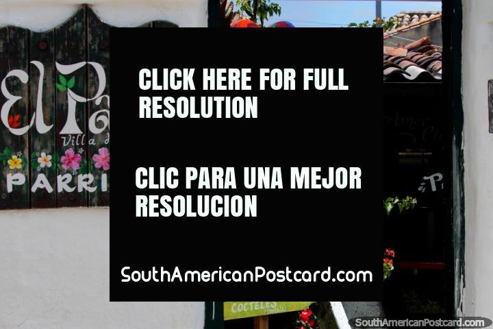 Restaurante El Patio em Villa de Leyva, conselho de cardápio, costeletas de cordeiro, grelhou salmão, massas e saladas. (720x480px). Colômbia, América do Sul.