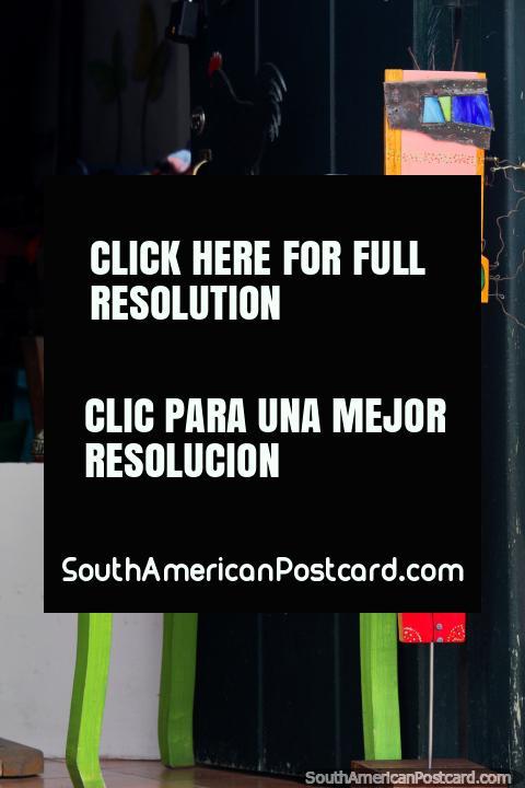 Mesa verde con cuencos de colores y una cara en un stand, tienda de arte y galería en Villa de Leyva. (480x720px). Colombia, Sudamerica.