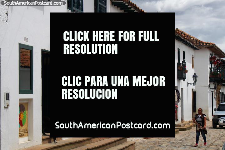 Edificios encalados y tiendas con balcones y puertas de madera en Villa de Leyva. (720x480px). Colombia, Sudamerica.