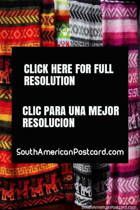 Coloridos pañuelos andinos de lana para el clima fresco en Villa de Leyva y sus alrededores. (480x720px). Colombia, Sudamerica.