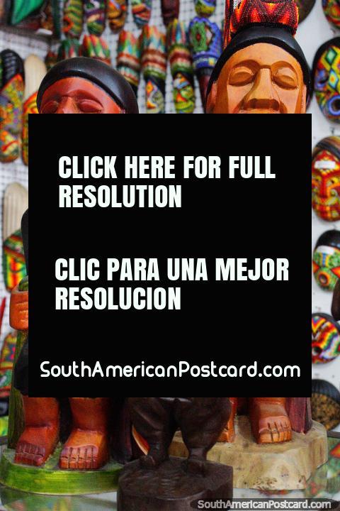 Par de figuras machos trabalhadas de madeira, artes e ofïcios em Villa de Leyva. (480x720px). Colômbia, América do Sul.