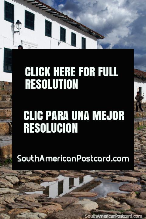 Reflejo de un edificio blanco sobre los adoquines de la Plaza Mayor en Villa de Leyva. (480x720px). Colombia, Sudamerica.