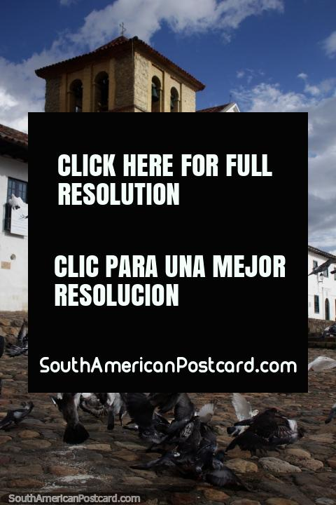 Os pombos voam em frente da igreja em Villa de Leyva - construïdo entre 1608 e 1665. (480x720px). Colômbia, América do Sul.