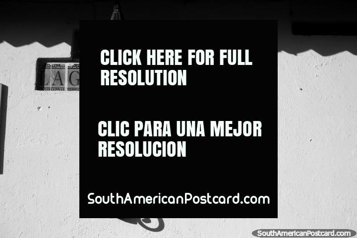Sombra de uma iluminação de rua em preto e branco, tarde de tarde em Villa de Leyva. (720x480px). Colômbia, América do Sul.