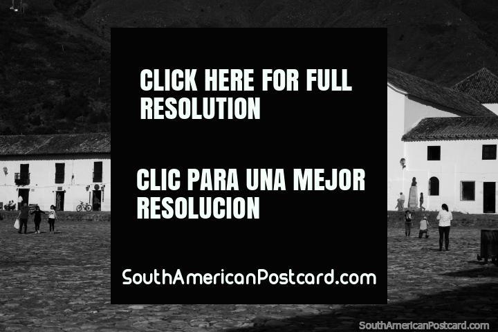 La plaza icónica hecha de adoquines y iglesia en Villa de Leyva, foto en blanco y negro. (720x480px). Colombia, Sudamerica.