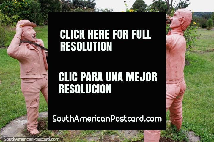 Hombres de cerámica, uno toca un cuerno, el otro tiene una radio, la Casa Terracota, Villa de Leyva. (720x480px). Colombia, Sudamerica.