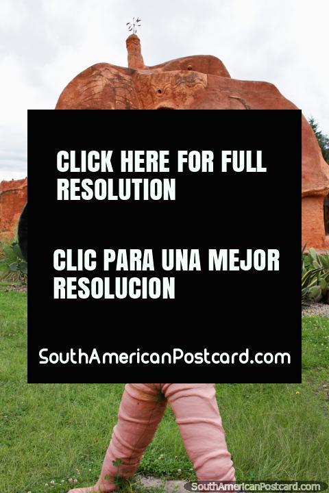 El hombre de cerámica sopla un cuerno frente a la Casa Terracota en Villa de Leyva. (480x720px). Colombia, Sudamerica.