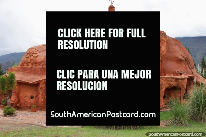 A Casa de Terracota constrói-se pelo arquiteto colombiano Octavio Mendoza Morale nos anos 90 em Villa de Leyva. (720x480px). Colômbia, América do Sul.