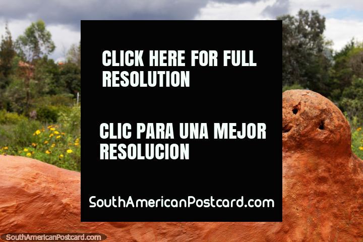 Cara como uma bola de boliche feita de cerâmico e visões de zona rural, a Casa de Terracota, Villa de Leyva. (720x480px). Colômbia, América do Sul.