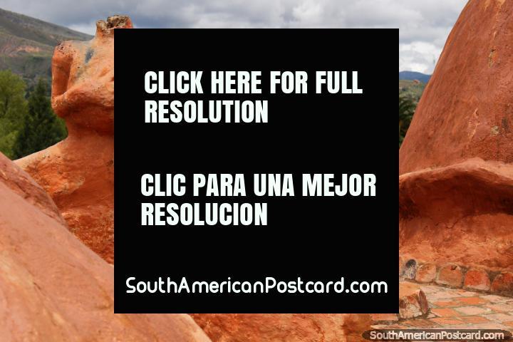 Figura sin cabeza hecha de cerámica, campo y colinas en la Casa Terracota en Villa de Leyva. (720x480px). Colombia, Sudamerica.