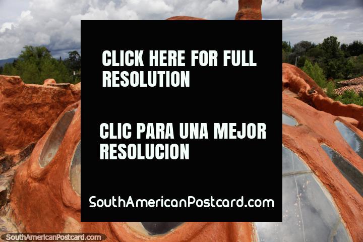Era espacial que parece clarabóia com janelas redondas, o topo da Casa de Terracota em Villa de Leyva. (720x480px). Colômbia, América do Sul.