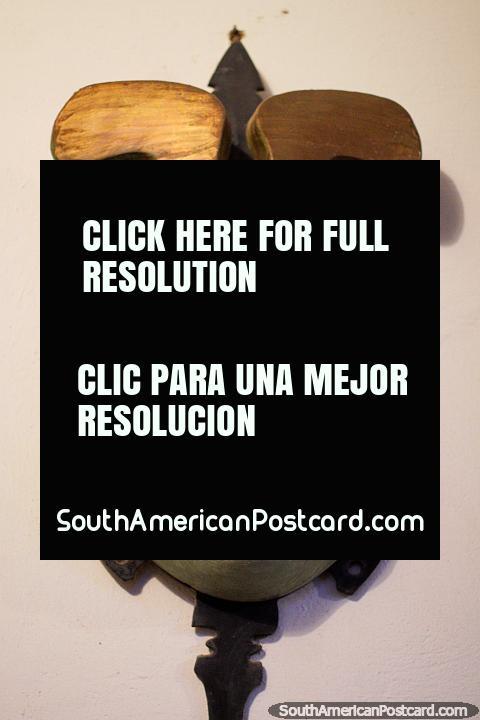 A máscara de estilo japonesa cria-se por Luis Alberto Acuna no seu museu em Villa de Leyva. (480x720px). Colômbia, América do Sul.