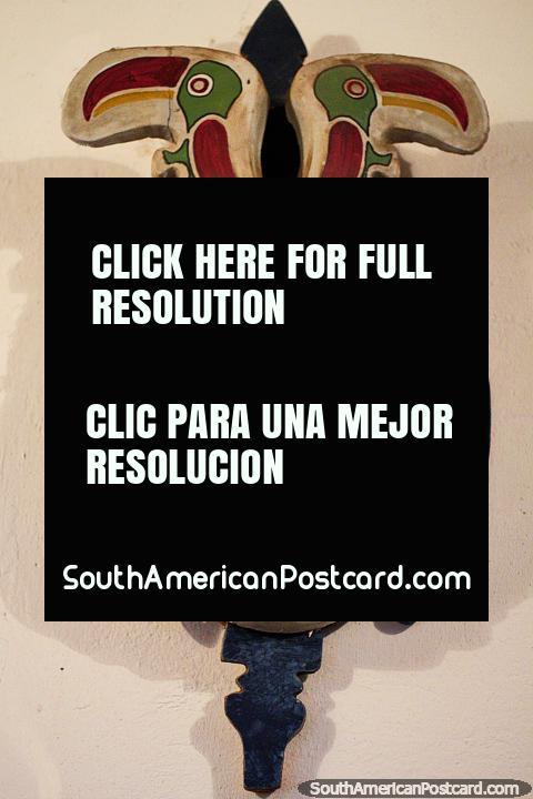 Um par de tucanos em cima desta máscara por Luis Alberto Acuna em Villa de Leyva. (480x720px). Colômbia, América do Sul.