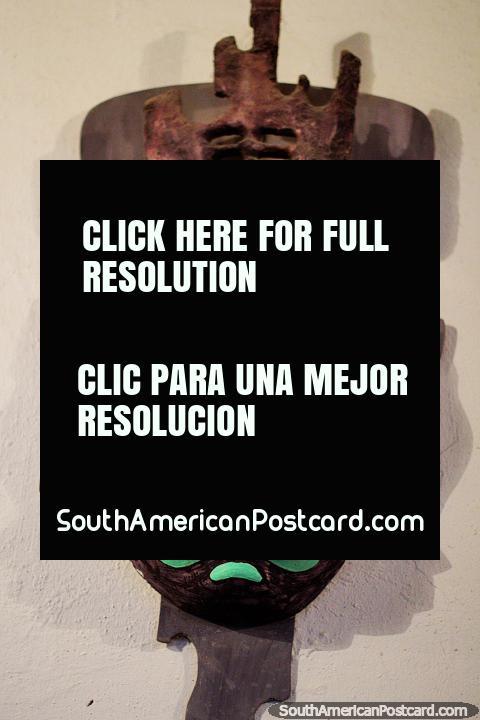 Máscara verde que representa um macaco, o trabalho do artista Luis Alberto Acuna em Villa de Leyva. (480x720px). Colômbia, América do Sul.