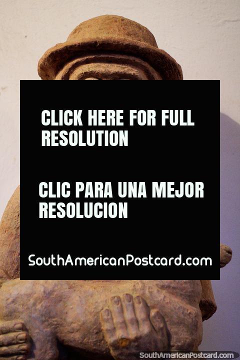 Figura que mantém um animal jovem em monitor no museu de Luis Alberto Acuna em Villa de Leyva. (480x720px). Colômbia, América do Sul.