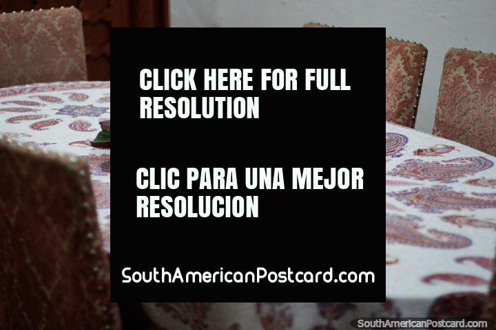 Mesa antigua, muebles y ceniceros en exhibición en la Casa Museo Luis Alberto Acuña en Villa de Leyva. (720x480px). Colombia, Sudamerica.