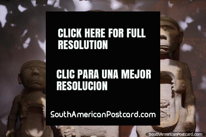 Famïlia de figuras de cimento, homem, mulher e criança - Casa Museu Luis Alberto Acuna, Villa de Leyva. (720x480px). Colômbia, América do Sul.