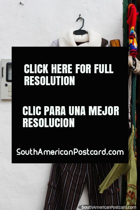 Chal elegante Andino con pantalones, un bonito atuendo en venta en Villa de Leyva. (480x720px). Colombia, Sudamerica.