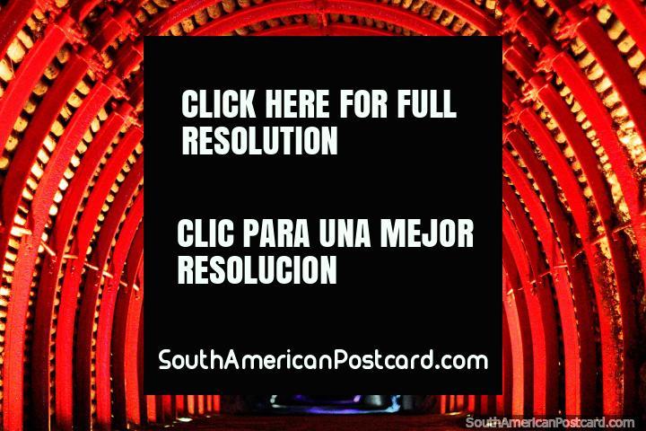 O grande túnel vermelho para entrar na Catedral de Sal assombrosa em Zipaquira. (720x480px). Colômbia, América do Sul.
