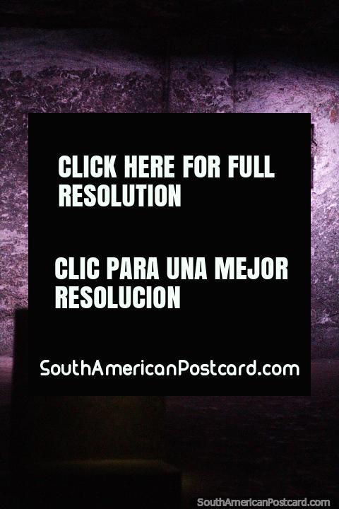 Ajoelhe-se e reze em uma das 14 estações da cruz na Catedral de Sal em Zipaquira. (480x720px). Colômbia, América do Sul.