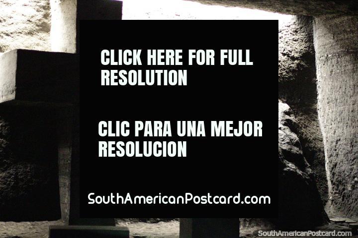 Estação da cruz em luz preta e branca, Catedral de Sal, Zipaquira. (720x480px). Colômbia, América do Sul.
