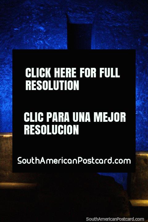 As luzes para sempre modificam cores durante o subterrâneo de viagem na Catedral de Sal em Zipaquira. (480x720px). Colômbia, América do Sul.