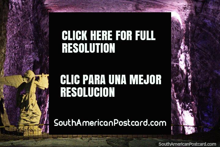 O balcão tomou banho na luz purpúrea na Catedral de Sal em Zipaquira. (720x480px). Colômbia, América do Sul.