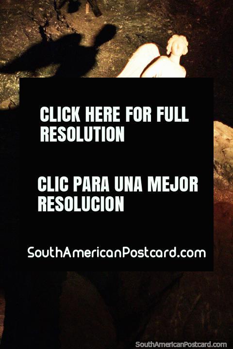 Sombra do anjo que frequenta em cima da grande rocha na Catedral de Sal, Zipaquira. (480x720px). Colômbia, América do Sul.