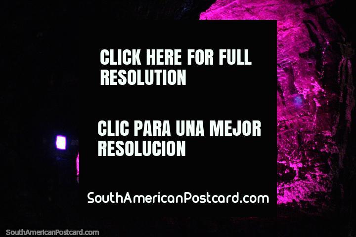 A Famïlia Sagrada em luz rosa, parte da demonstração leve impressionante na Catedral de Sal em Zipaquira. (720x480px). Colômbia, América do Sul.