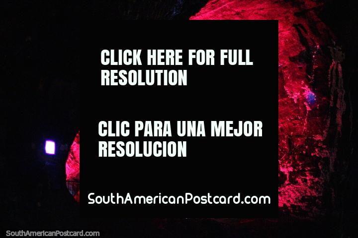 La Familia Sagrada en luz roja, los colores cambiantes del espectáculo de luces en la Catedral de Sal en Zipaquirá. (720x480px). Colombia, Sudamerica.
