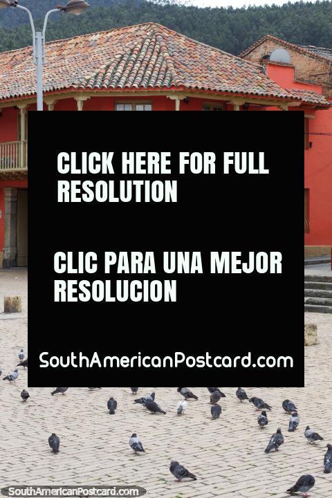 A criação com balcão e telhado vermelho coberto com telhas no canto da praça pública principal em Zipaquira. (480x720px). Colômbia, América do Sul.