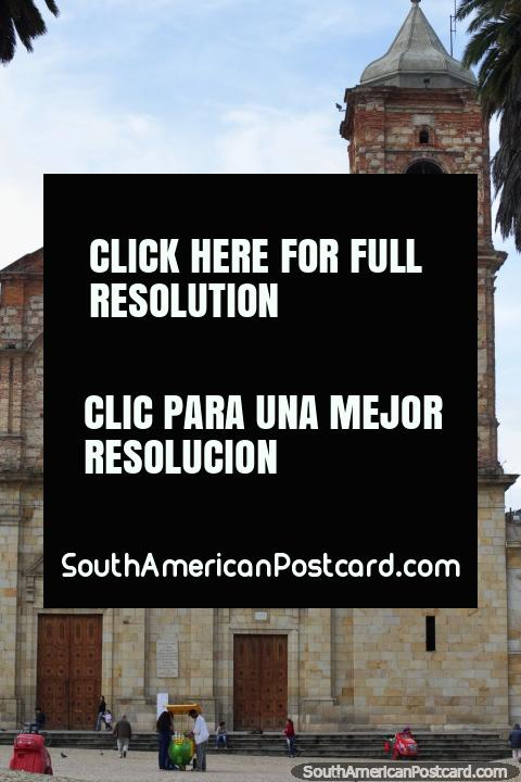 A igreja de pedra na praça pública principal em Zipaquira, não a Catedral de Sal! (480x720px). Colômbia, América do Sul.