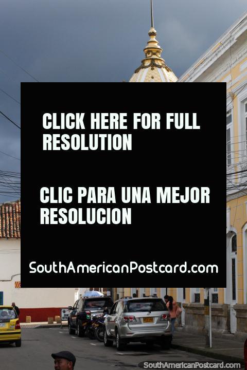 Cúpula amarela na esquina junto da igreja na praça pública em Zipaquira. (480x720px). Colômbia, América do Sul.
