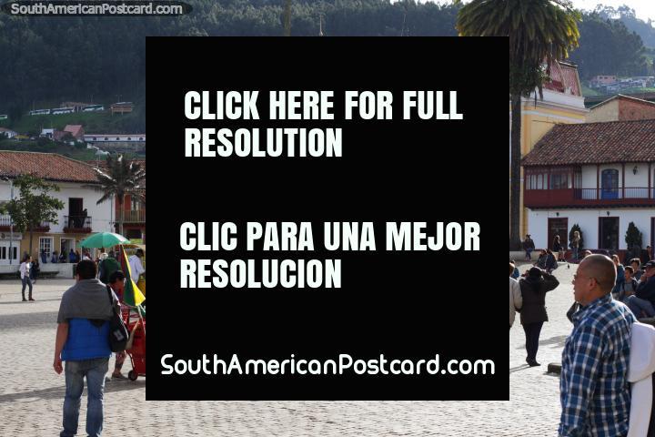Grande praça pública aberta e espaçosa com rodeio de edifïcios generoso em Zipaquira. (720x480px). Colômbia, América do Sul.
