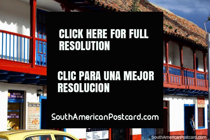 As lojas abaixo de balcões de madeira tipificam a praça pública principal em Zipaquira. (720x480px). Colômbia, América do Sul.