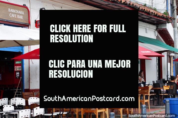 Siéntese en una mesa en la calle para comer en la Plaza de la Independencia en Zipaquirá. (720x480px). Colombia, Sudamerica.