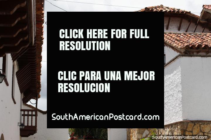 Edificios blancos con techos de tejas rojas, arcos y balcón de madera, arquitectura en Guatavita. (720x480px). Colombia, Sudamerica.