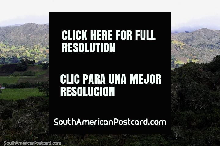 Arco-ïris sobre a zona rural e colinas em volta de Guatavita, examine da lagoa sagrada. (720x480px). Colômbia, América do Sul.