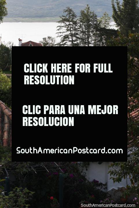 Propriedades bonitas, casas e visões da borda de Reservatório Tomine em Guatavita. (480x720px). Colômbia, América do Sul.