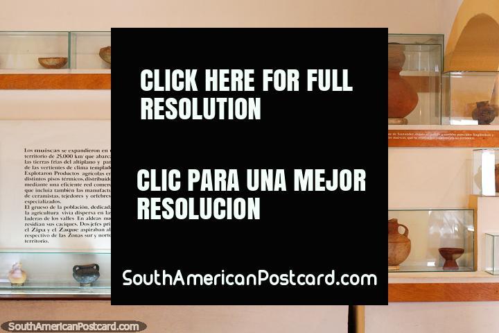 Potes cerâmicos, boliches e vasos em monitor no Museu Indïgena em Guatavita. (720x480px). Colômbia, América do Sul.