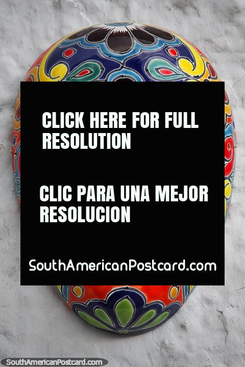 A máscara cor-de-laranja de uma série de máscaras cerâmicas do lado de fora da tourada toca em Guatavita. (480x720px). Colômbia, América do Sul.